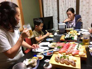 「いとこの所に遊びに行っていた子供達と5日ぶりにご対面できた事と、まともな食事が1週間ぶりな事とでご満悦なおかみ綾子」の図。